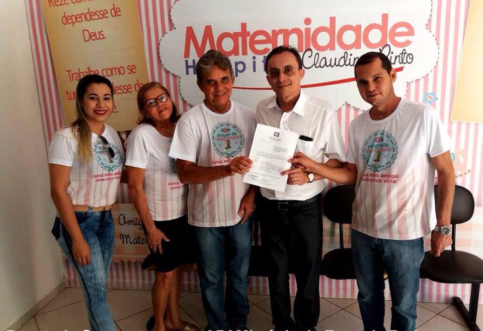 Souza entregou cópia da emenda aos representantes da Apami (Foto: Divulgação/Assessoria)