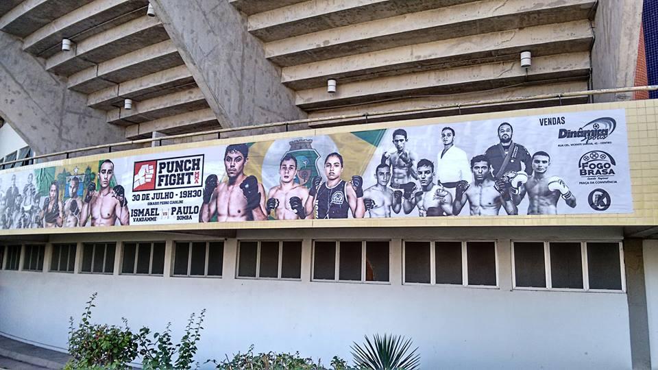 Cartaz de divulgação do evento na fachada do Ginásio de Esportes Pedro Ciarlini    (Foto: Reprodução)
