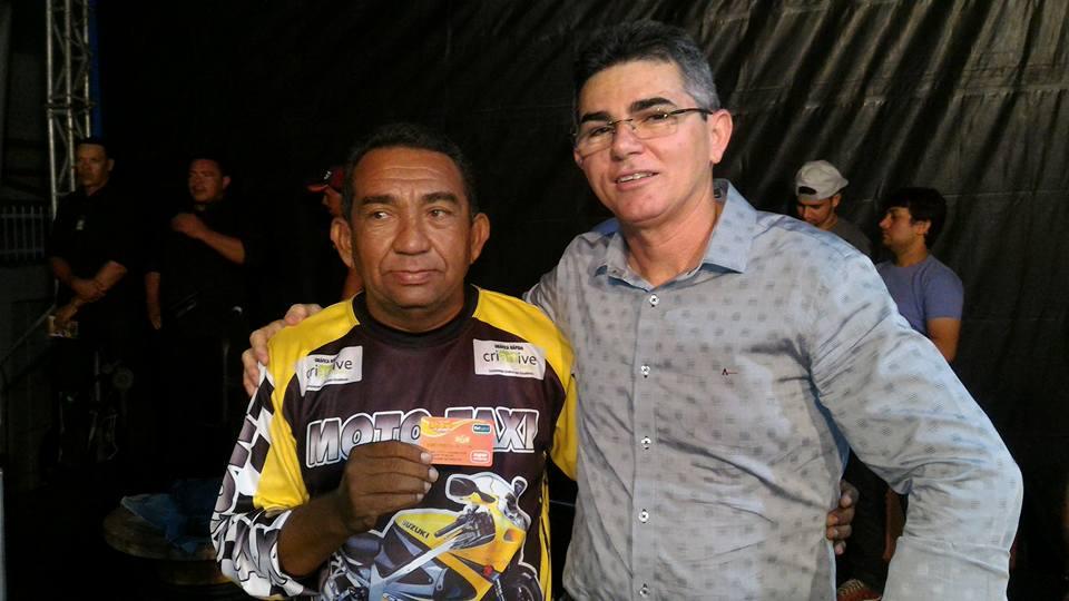 Mototaxista Enilson, ganhador da moto Honda Titan, com Medeiros Maia