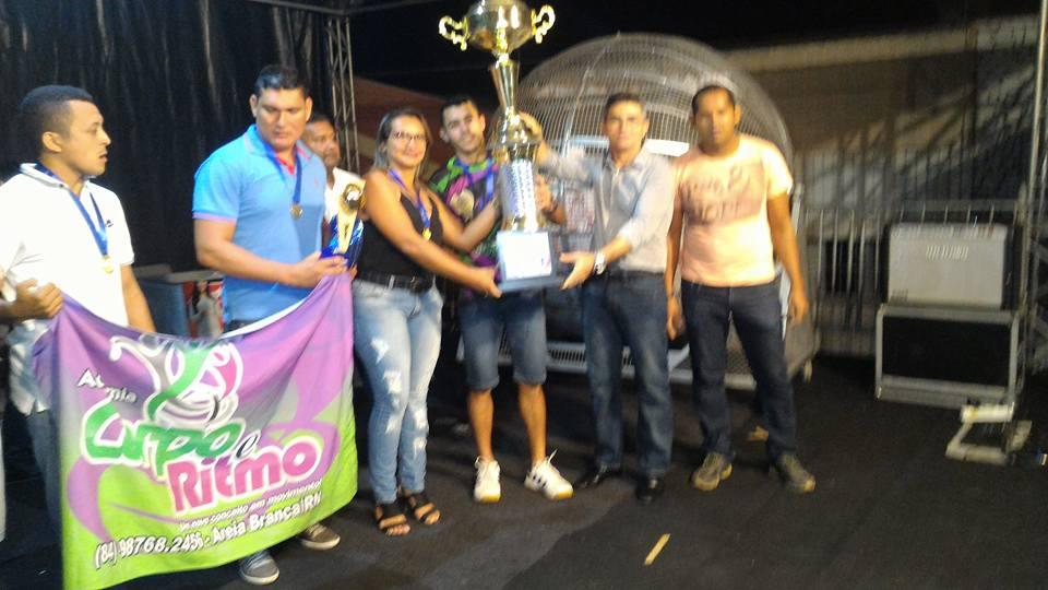 Medeiros Maia entregando o troféu de campeão da Copa Show de Preço de Futsal à equipe da Academia Corpo e Ritmo