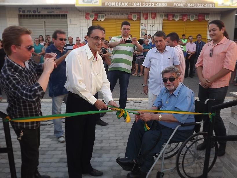 O então prefeito Souza com Francisco Fausto na inauguração do memorial com o nome do pai do ex-ministro (Foto: Erivan Silva/2012)