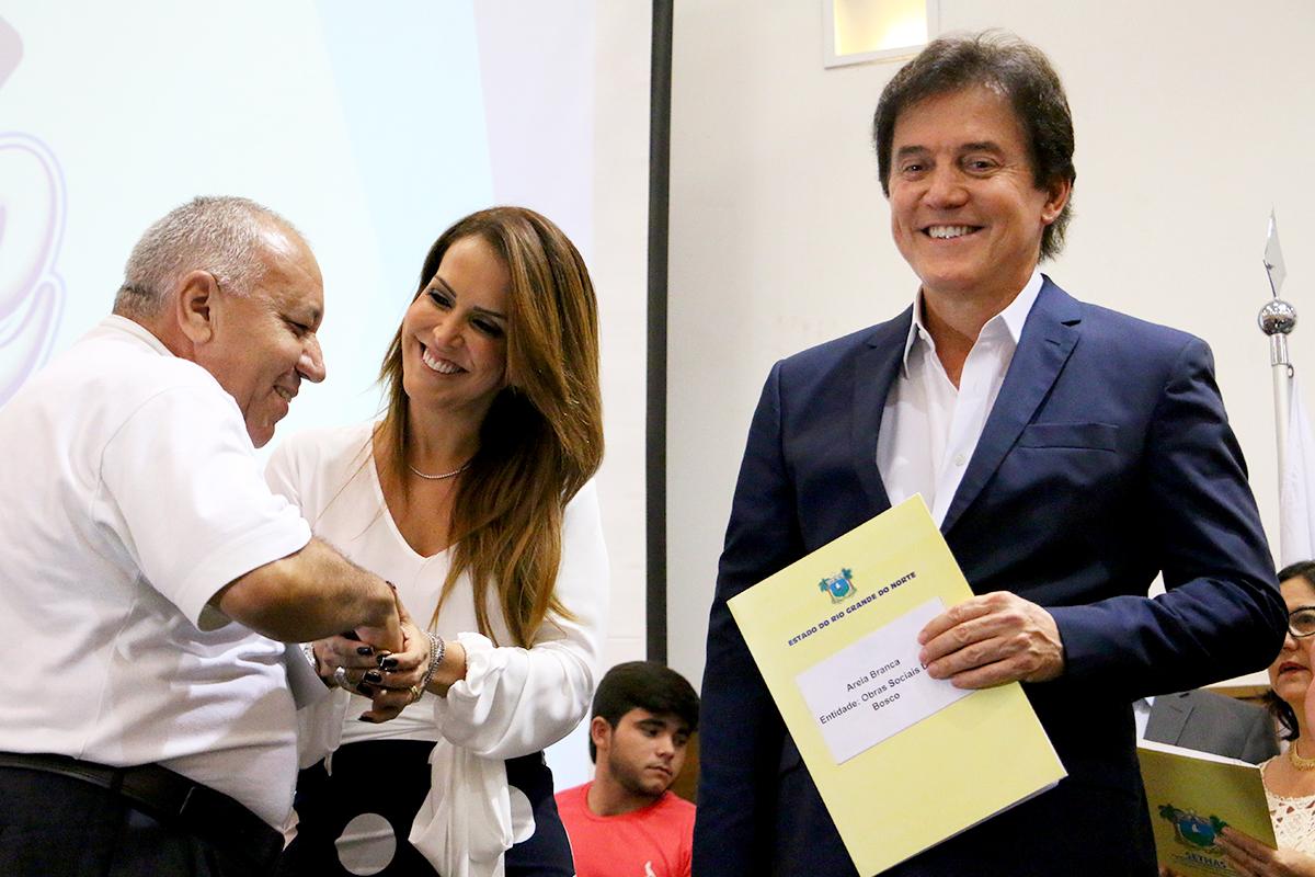 Padre Cézar Teixeira, de Areia Branca, recebeu o termo de cooperação das mãos do governador e da secretária Julianne Faria