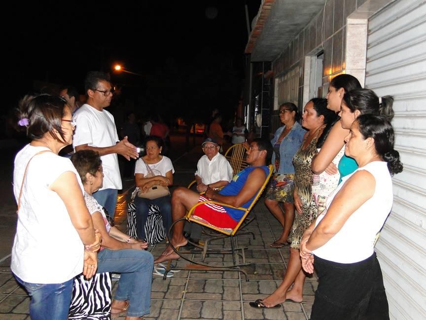 Candidato Perboyre (camisa branca, à esq.) conversa com populares durante visita (Foto: Divulgação)