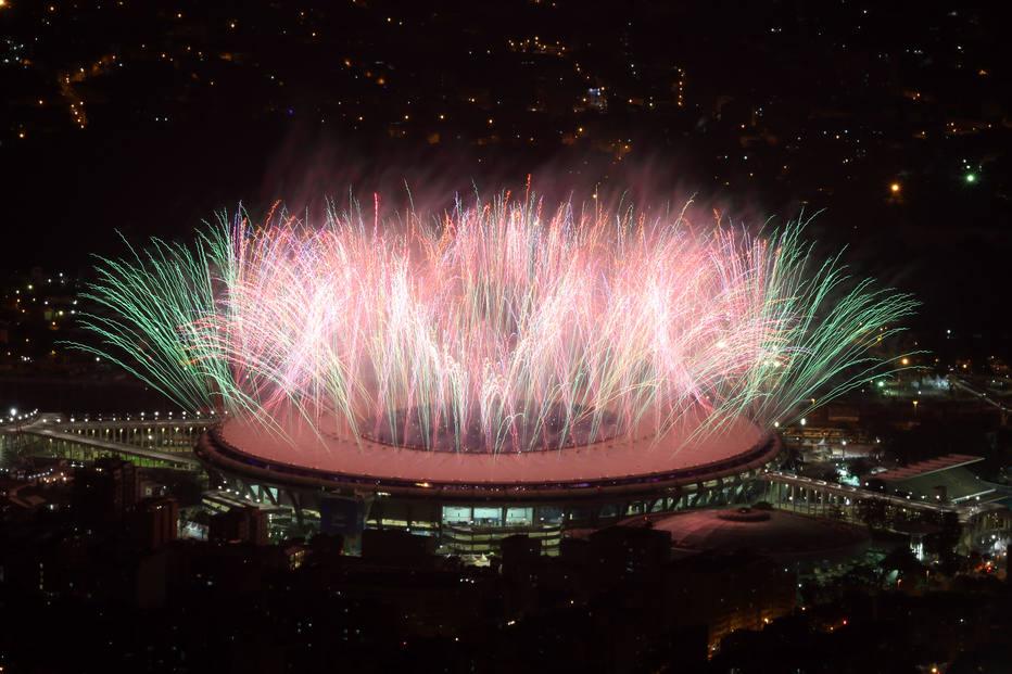 Vista geral do Maracanã com queima de fogos da abertura das Olimpiadas do Rio 2016 (Foto: Fábio Motta/Estadão)