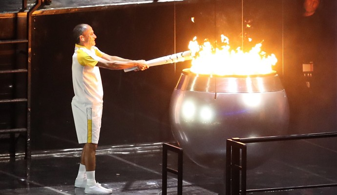 O maratonista Vanderlei Silva acendeu a pira olímpica (Foto: