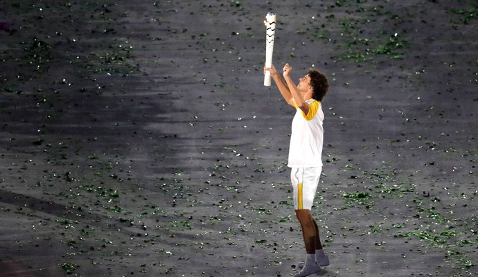 Guga entrou no Maracanã com a tocha (Foto: Agência AP)