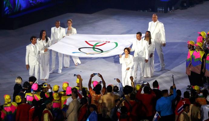 Grandes atletas brasileiros levam a bandeira olímpica (Foto: Agência Reuters)