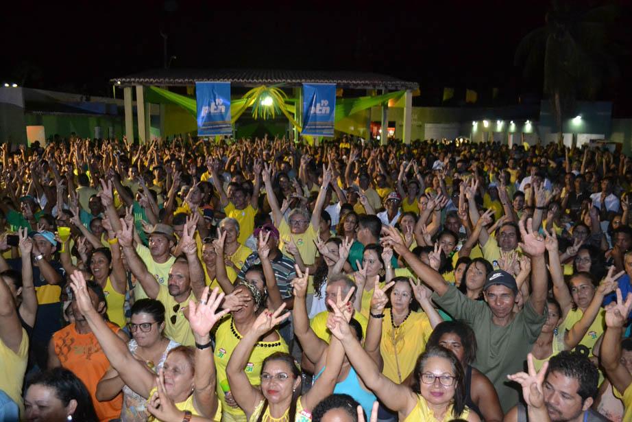 """""""Mar de gente"""" na Tropical Casa Show na convenção verde e amarelo"""
