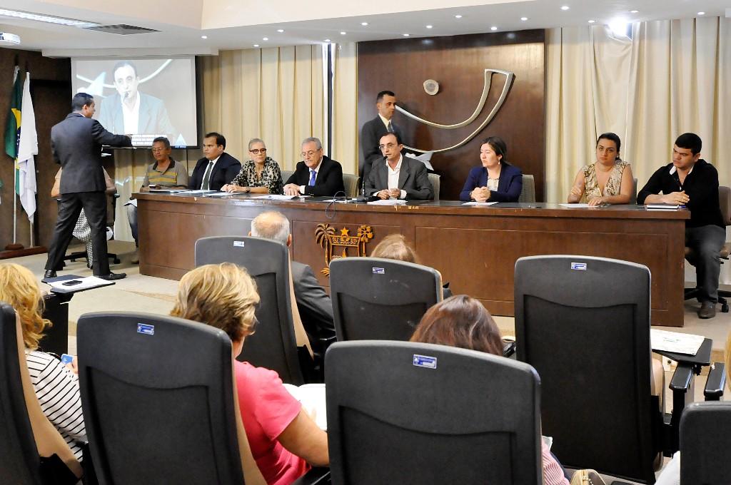 Representantes do Governo, Defensoria Pública e dos servidores da saúde debateram o assunto