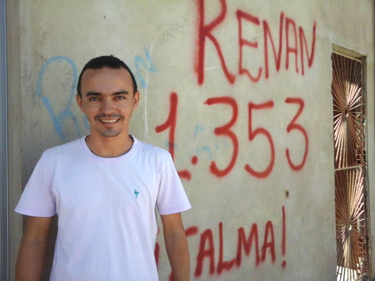 Renan, tendo ao fundo a inscrição com referência á votação obtidas nas eleições deste ano (Foto: Luciano Oliveira)