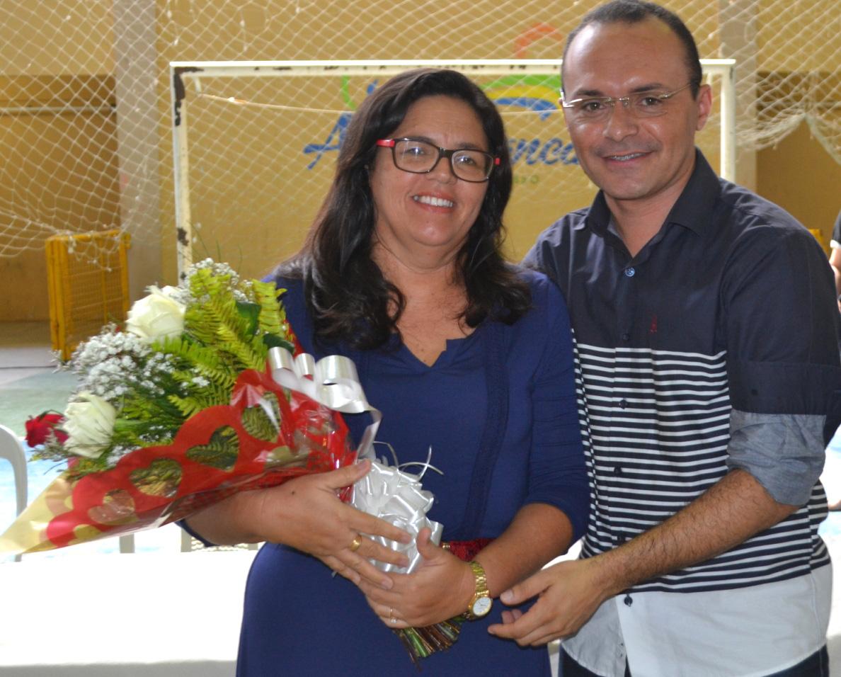 Santa recebeu flores do secretário de Educação, Edson Souza