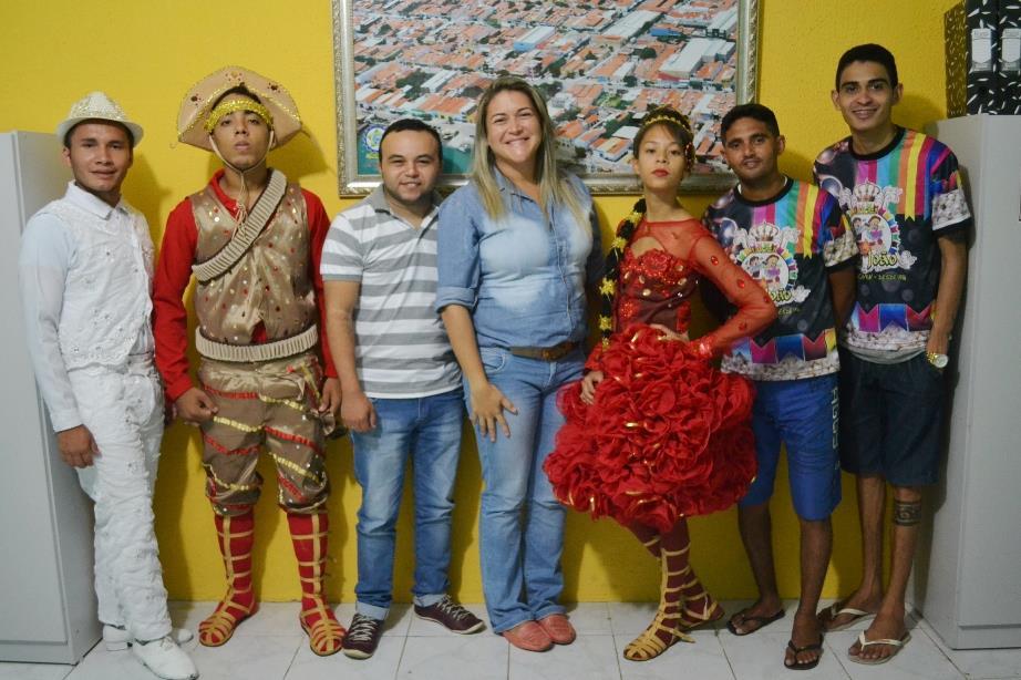 Abimael e Viviane (centro) com representantes de grupo junino apoiado pela prefeitura (Foto: Afrânio Mesquita)