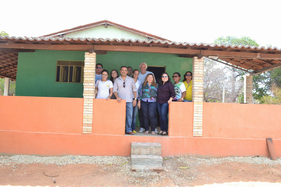 Prefeita Lidiane Garcia, secretário Oliveira Júnior e profissionais de saúde na nova unidade