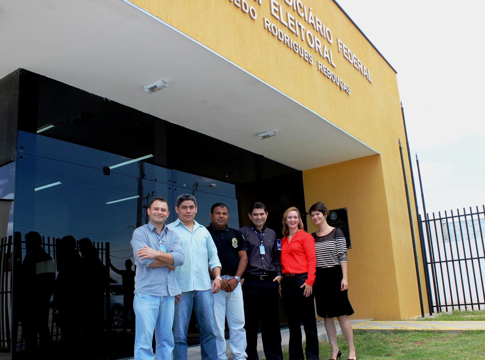 Juíza Uefla Fernandes (blusa vermelha) conclui diplomação dos eleitos nesta sexta  (Foto: Jailton Rodrigues)