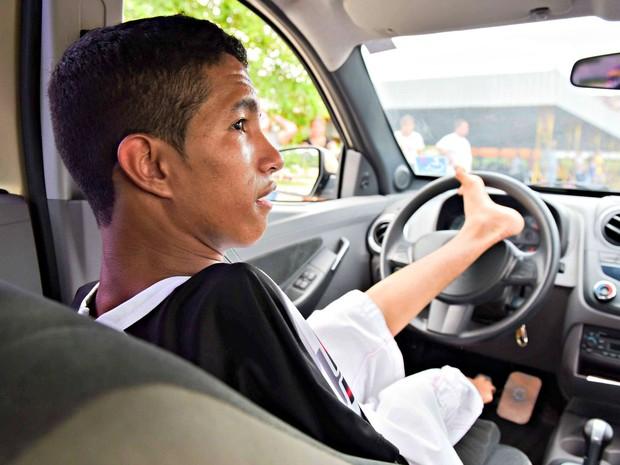 Motorista sem braços faz prova de direção para adquirir a CNH em Manaus; resultado sai nesta terça