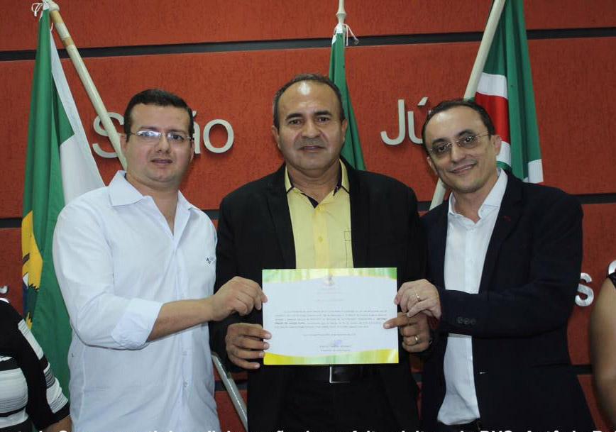 Antonio Bolota ladeado pelo prefeito eleito de Porto do Mangue Sael Melo e pelo deputado Souza