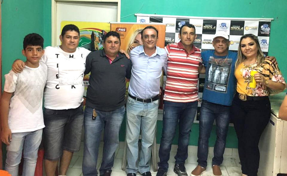 Souza (centro), Briola ao lado de Lila Lemos e lideranças políticas
