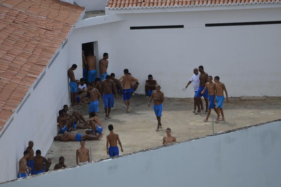 Presos no pátio do pavilhão 5 (Foto: Reprodução/Novo Jornal)