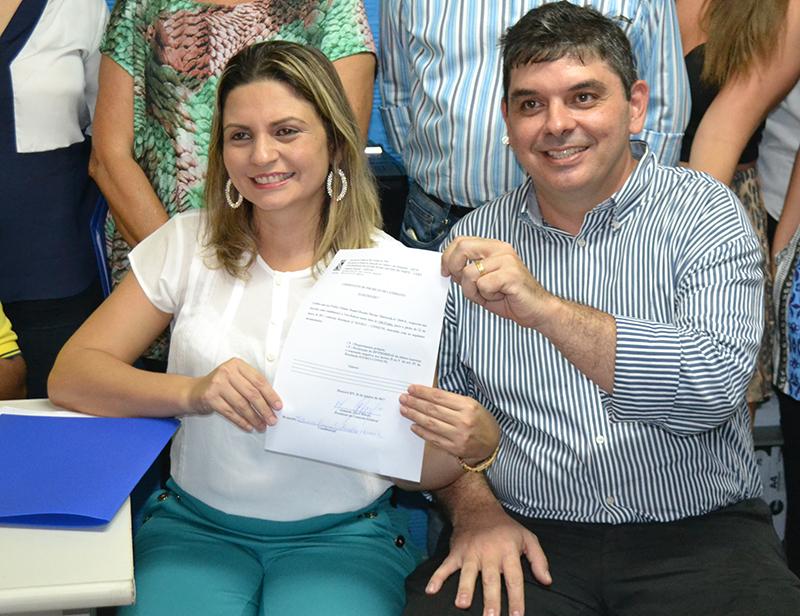 Fátima Raquel (vice-reitora) e Pedro Fernandes (reitor) oficializam inscrições (Foto: Agecom/Uern)
