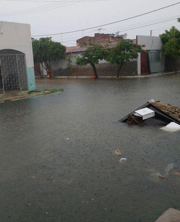 Chuvas causam transtornos em diversos pontos da cidade (Foto: Reprodução/Internet)