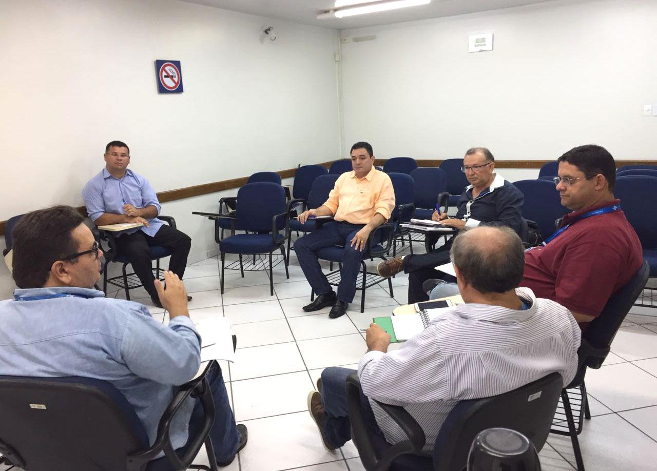 Bibiano (centro) reunido com representantes do Sebrae