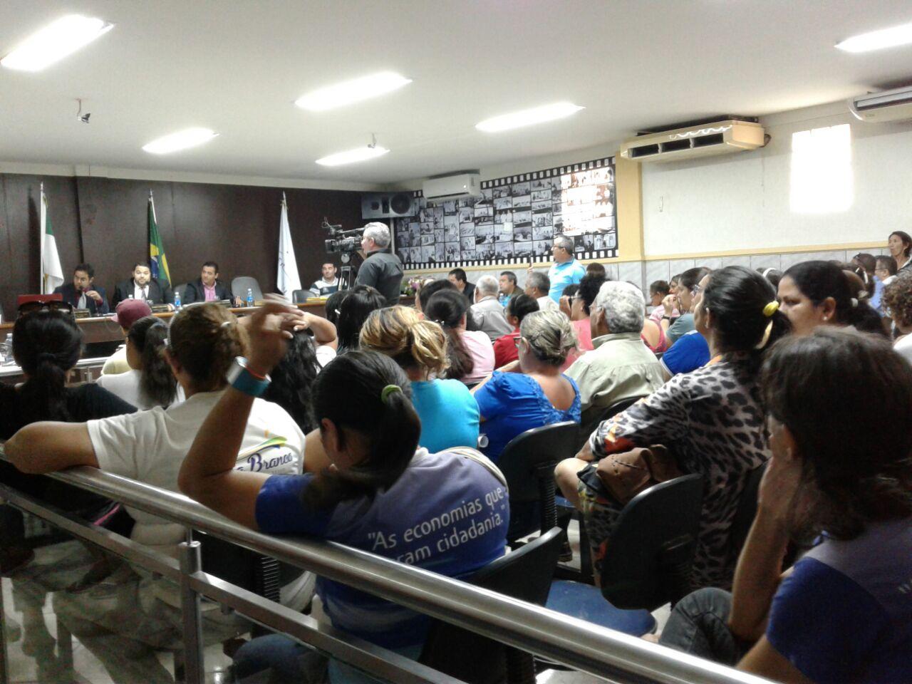 Público, a maioria profissionais da educação, lotou o plenário da Casa