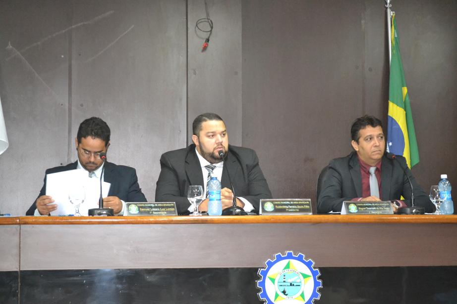 """Vereador """"Kinho de Beguinho"""" (centro) preside a Mesa Diretora (Foto: Erivan Silva)"""