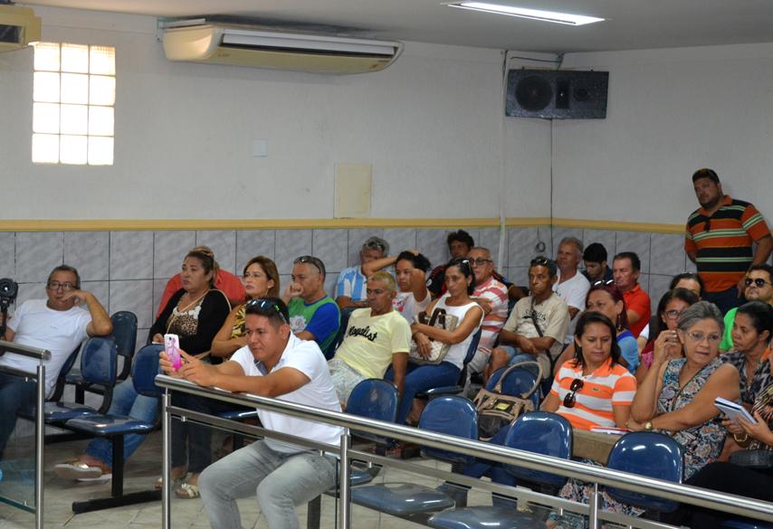Sessão foi marcada pela presente de servidores da educação