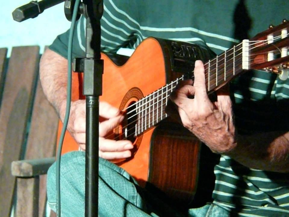 Mirabô e o inseparável companheiro, o violão (Foto: Helis Verônica)