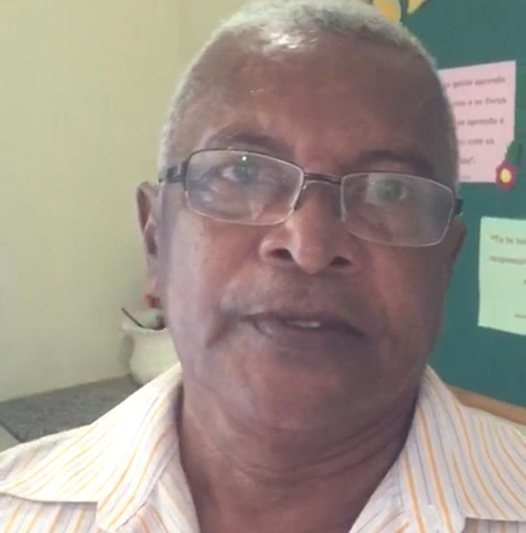 Sales, diretor da Escola Municipal Vila RN, diz que não esta faltando merenda e nem professores