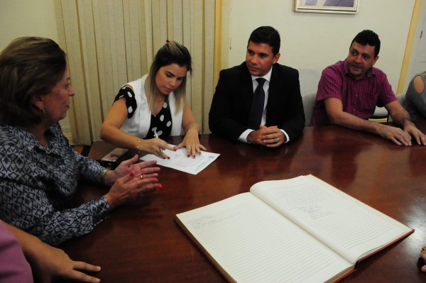 Nayara Gadelha assinando o termo de posse (Foto: Carlos Costa)