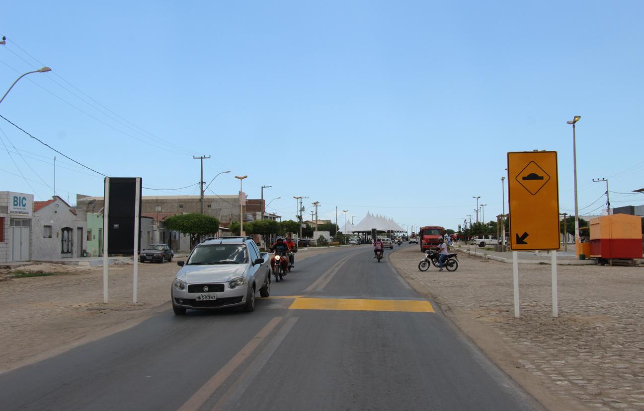 Lombada sinalizada no perímetro urbano, mais precisamente na rua Jorge Caminha