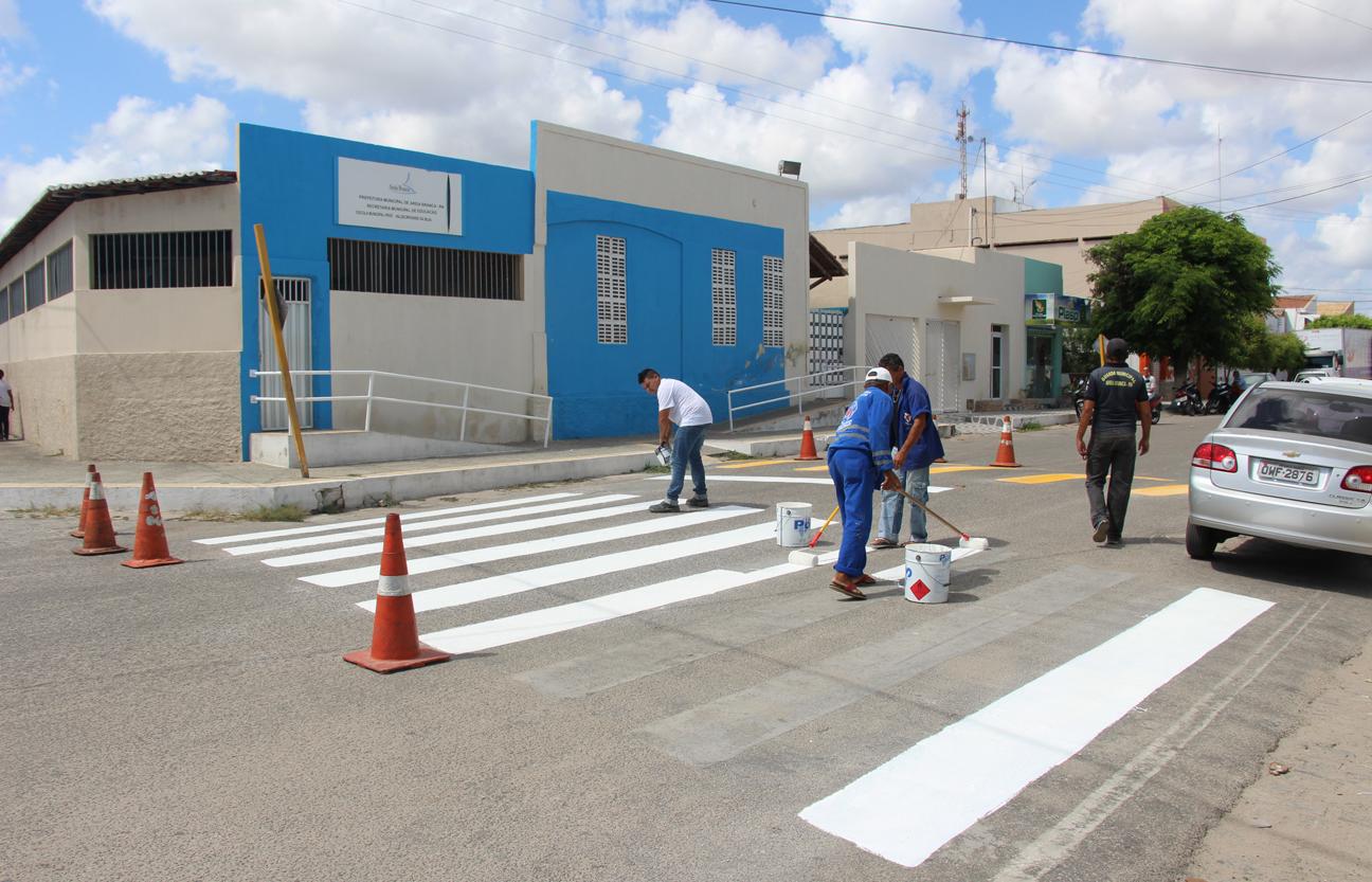 Sinalização sendo revitalizada em frente a Escola Municipal Valdecir Nunes da Silva