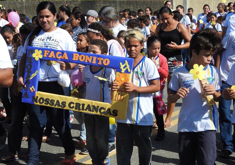Estudantes participaram da caminhada levando o slogan da campanha