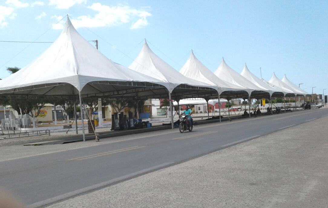 Estrutura do Vila Cidadã está sendo ,montada na praça do Santuário (Foto: Luciano Oliveira)