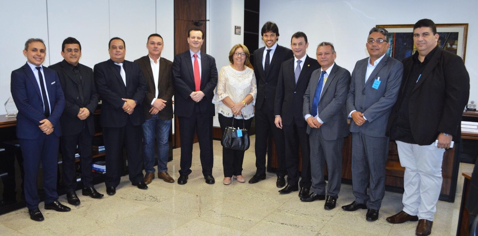 Gilberto Kassab e Fábio Faria ladeados por prefeitos potiguares
